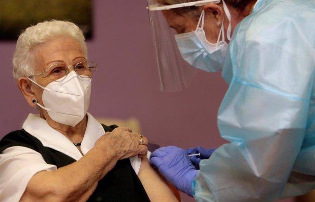Araceli, de 96 años, primera persona vacunada contra el COVID-19 en España, el primer día de vacunación, en la residencia de mayores Los Olmos de Guadalajara, en Castilla La-Mancha (España), a 27 de diciembre de 2020. Las primeras dosis de la vacuna desar