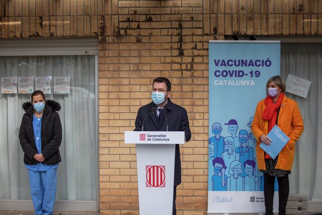 El vicepresident de la Generalitat, Pere Aragonès, al costat de la consellera de Salut, Alba Vergés, i la infermera Idoia Crespo, que ha administrat la primera vacuna contra el coronavirus a Catalunya.