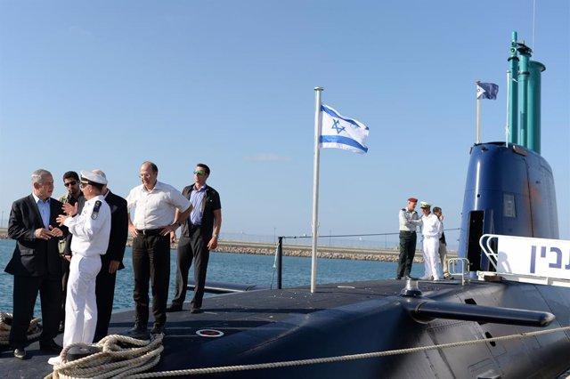 El primer ministro isarelí, Benjamin Netanyahu, sobre un submarino israelí en Haifa