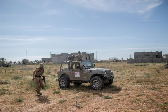 13 March 2020, Libya, Tripoli: A fighters of Libya's UN-backed Government of National Accord (GNA) of Fayez al-Sarraj, fires his truck-mounted heavy machine gun at the forces of the self-styled Libyan National Army (LNA) led by Libyan strongman Khalifa Ha