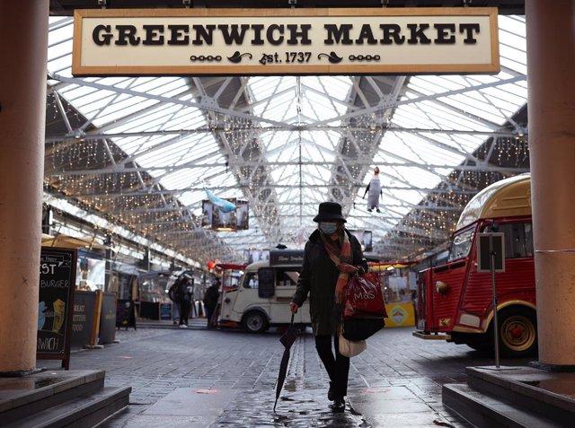 Una mujer con mascarilla en el mercado de Greenwich, en Londres, Reino Unido