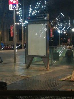 Guàrdia Urbana de Barcelona lleva els cartells dels opis vandalizados.