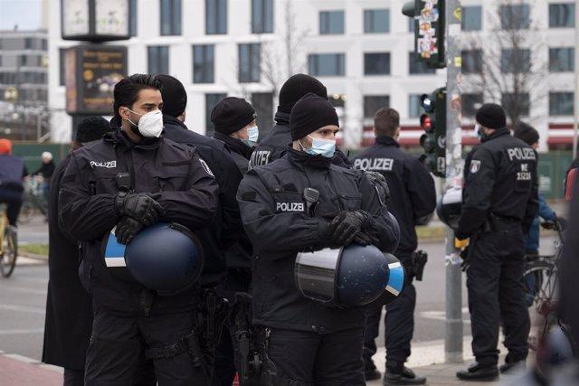 Policía alemana durante una manifestación contra las medidas impuestas por el coronavirus en Berlín.
