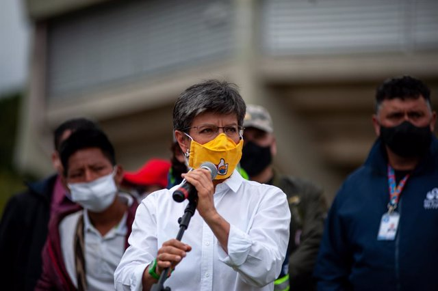 18 October 2020, Colombia, Bogota: Claudia Lopez, Mayor of Bogota, (C) wearing a face mask speaks to indigenous tribes at Palacio de los Deportes after arriving to the capital ahead of a protest against the government of president Ivan Duque Marquez. Phot