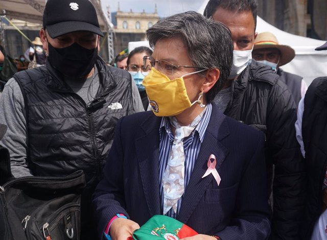 19 October 2020, Colombia, Bogota: Bogota Mayor Claudia Lopez (C) speaks with welcomes Indigenous demonstrators during a protest against the government of president Ivan Duque Marquez at the Bolivar Square. Photo: Daniel Garzon Herazo/ZUMA Wire/dpa