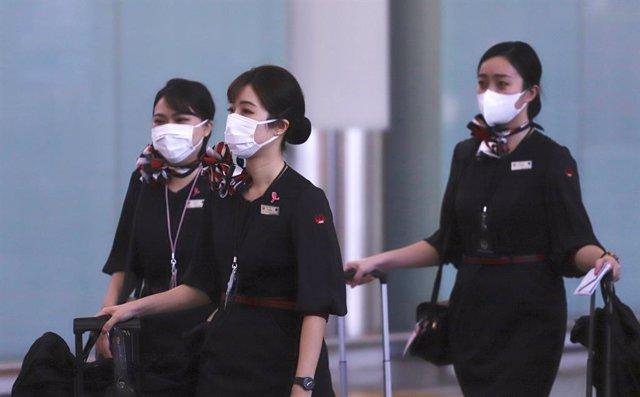 Personal de la tripulación de Japan Airlines a su llegada al Aeropuerto Internacional de Hong Kong.