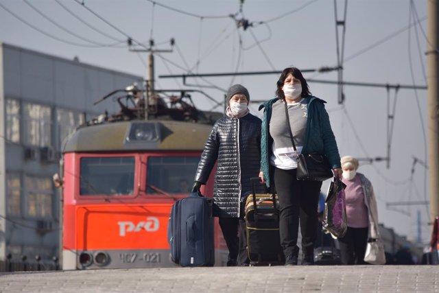 Mujeres saliendo de tren en Moscú recién llegadas de Ucrania