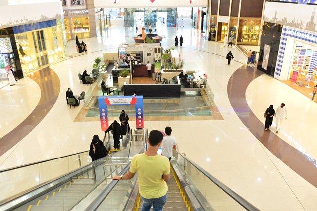 Personas en un centro comercial en Arabia Saudí durante la pandemia de coronavirus