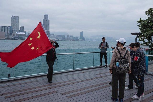 Imatge d'arxiu d'una persona amb una bandera de la Xina a Hong Kong.