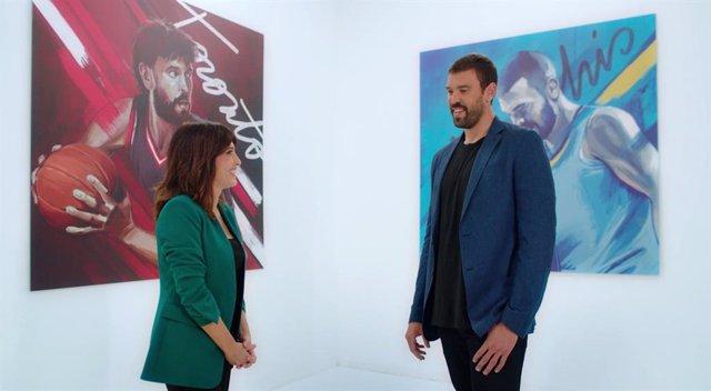 La periodista Helena Resano entrevista el jugador de bàsquet Marc Gasol en el programa de CaixaBank de cultura financera 'Molt per Fer'