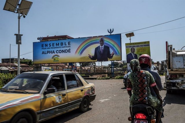 Un cartel electoral del presidente, Alpha Condé, en Conakry