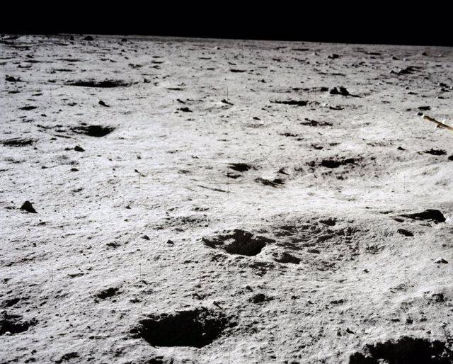 Imagen de cráteres en la superficie lunar tomada por la misión Apolo 11