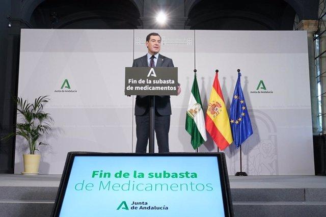 El presidente de la Junta de Andalucía, Juanma Moreno, anuncia el fin de las subastas de medicamentos en Andalucía.