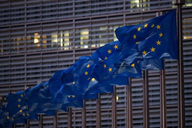 Banderes de la UE al costat de la Comissió Europea