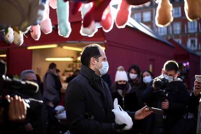 El vicepresidente de la Comunidad de Madrid, Ignacio Aguado, visita el tradicional mercado de belenes, adornos y objetos navideños de la Plaza Mayor de la capital, así como establecimientos hosteleros de la zona, en Madrid (España), a 28 de diciembre de 2