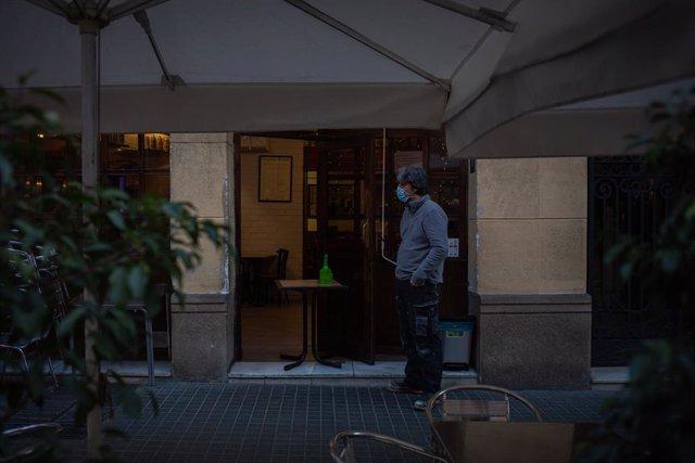 Exterior d'un bar a Barcelona. Catalunya (Espanya), 21 de desembre del 2020.