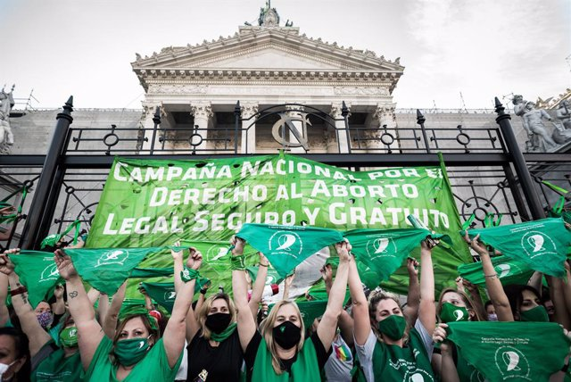 18 November 2020, Argentina, Buenos Aires: Pro-abortion activists take part in a protest in front of the National Congress of Argentina, demanding MPs to pass a law that legalizes abortion. Photo: Alejo Manuel Avila/Le Pictorium Agency via ZUMA/dpa