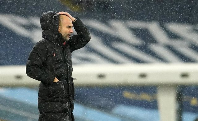Pep Guardiola dirigiendo al Manchester City