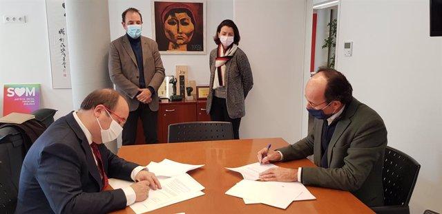 Miquel Iceta i Oriol Molins signen el pacte entre el PSC i Units per Avançar acompanyats de Ramon Espadaler i Eva Granados.