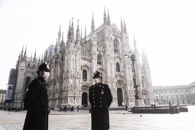 Personas con mascarilla en Milán