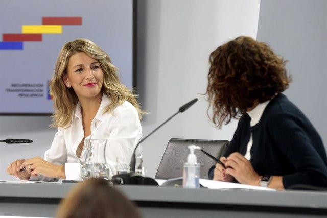 (I-D) La ministra de Trabajo, Yolanda Díaz; y la ministra portavoz y de Hacienda, María Jesús Montero, comparecen en rueda de prensa tras el Consejo de Ministros celebrado en Moncloa, Madrid (España), a 13 de octubre de 2020.