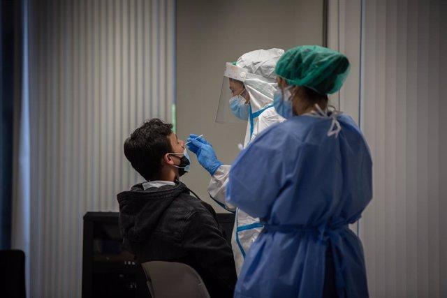 Un hombre recibe una prueba PCR en una imagen de archivo.