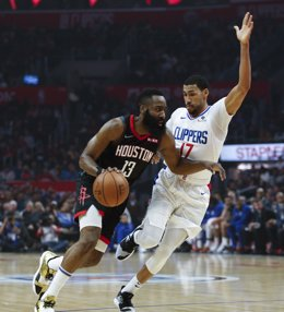 03 April 2019, US, Los Angeles: Houston Rockets' James Harden (L) and Los Angeles Clippers' Garrett Temple in action during the NBA basketball match between Los Angeles Clippers and Houston Rockets at the Staples Centre. Photo: Ringo Chiu/ZUMA Wire/dpa