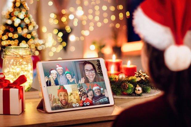 Familia haciendo una videollamada en Navidad por el coronavirus.