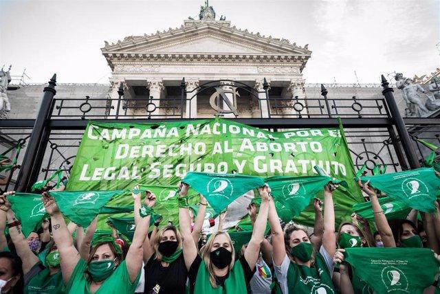 Imagen de archivo de un pañuelazo en el Congreso por el aborto legal en Argentina, cuya aprobación decide el Senado este martes.