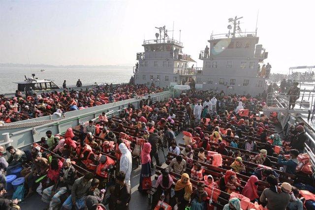 Bangladesh traslada a una isla frente a sus costas en un programa de reasentamiento a un grupo de refugiados rohingyas llegados desde Birmania