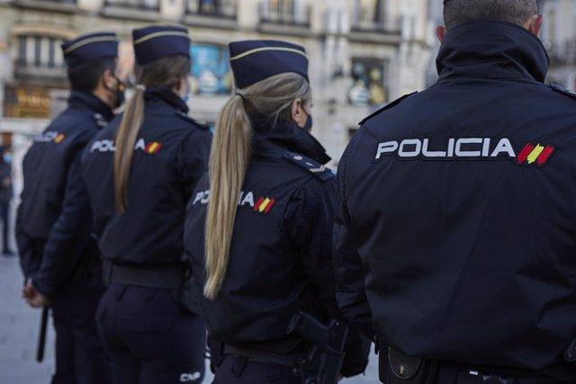 Varios agentes de la Policía Nacional durante la presentación de la Jefatura Superior de Policía de un dispositivo especial de seguridad en el marco de la 'Operación Navidad' en la Puerta del Sol, Madrid (España), a 16 de diciembre de 2020. La Policía Nac
