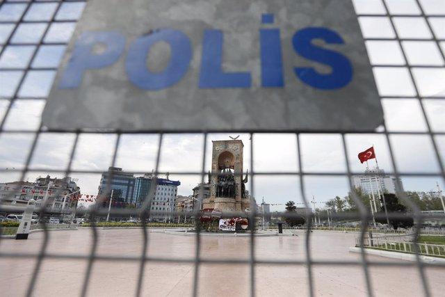 Una valla de la Policía de Turquía en una plaza en Estambul