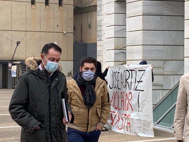 José Antonio Ortiz Cambray (E) arriba als jutjats de Lleida, acompanyat d'un testimoni, el 25 de novembre.