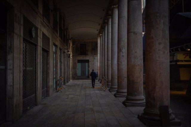 Un home camina per una galeria a Barcelona. Catalunya (Espanya), 16 de novembre del 2020.