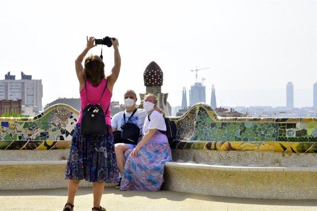 Turistes a la plaça de la Natura del Park Güell de Barcelona, després que hagin rehabilitat el banc