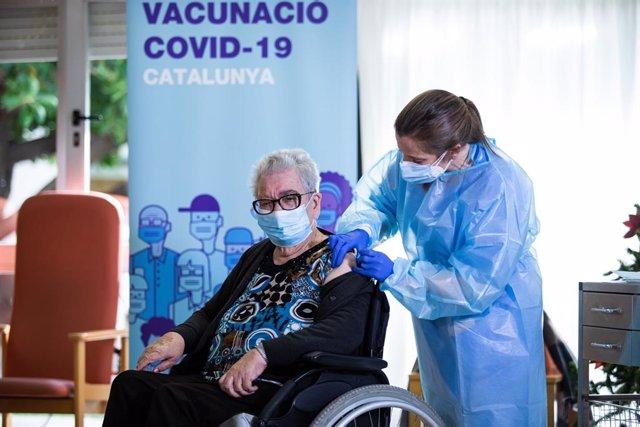 Josefa Pérez, de 89 anys, la primera dona a vacunar-se a Catalunya, 27 de desembre del 2020.