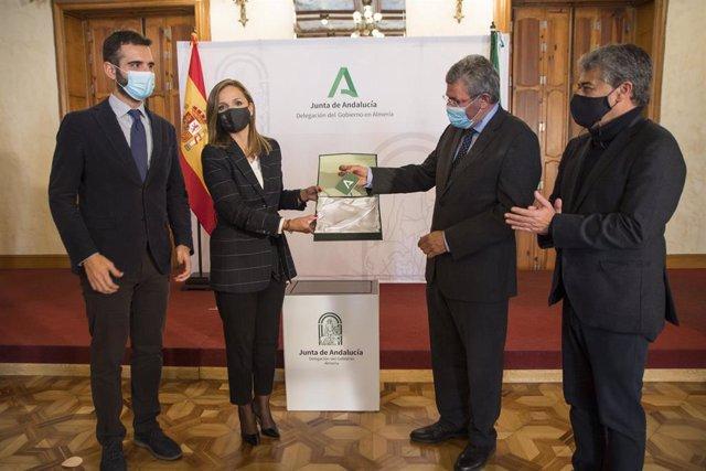 La delegada de la Junta entrega las llaves del inmueble al representate de la Subdelegación de Gobierno