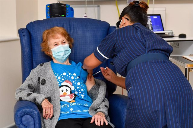 08 December 2020, England, Coventry: Margaret Keenan, receives the Pfizer/BioNtech covid-19 vaccine at University Hospital, to be the first patient in the UK to receive the vaccine at the start of the largest ever immunisation programme in the UK's histor