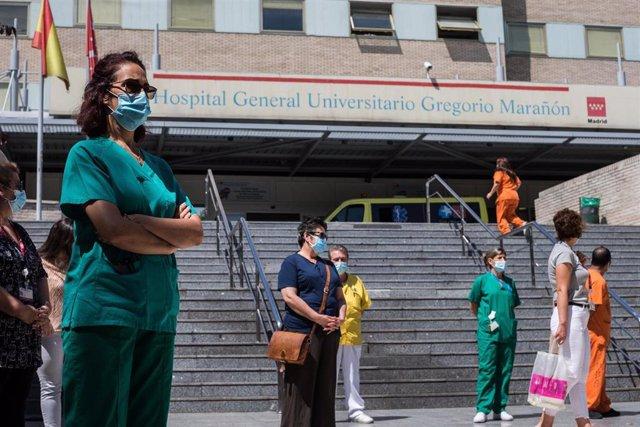 Trabajadores sanitarios protegidos con mascarilla durante la concentración convocada donde decenas de celadores se han congregado a las puertas del Hospital General Universitario Gregorio Marañón. En Madrid, (España), a 13 de agosto de 2020.