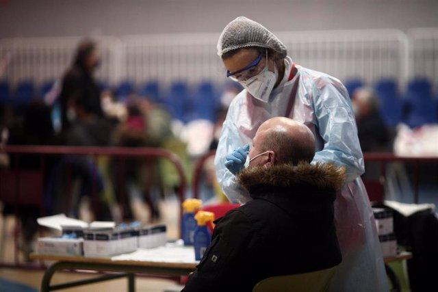 Un sanitario realiza test de antígenos de detección del covid, en la Zona Básica de Salud de Felipe II, en Móstoles