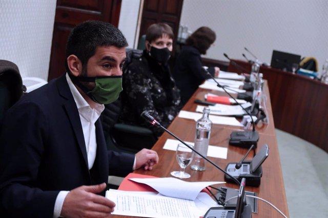 El Conseller de Treball, Afers Socials i Famílies, Chakir  el Homrani, el 9 de desembre, durant la presentació del Pla estratègic de serveis socials 2020-2024 al Parlament de Catalunya.