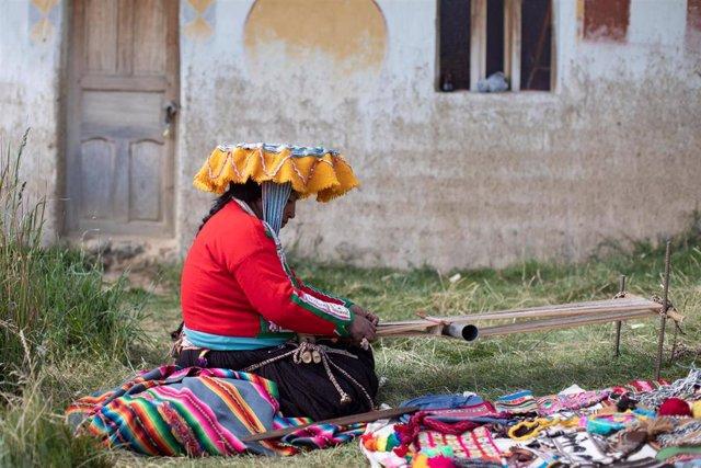 Indígena quechua frente a su casa en Tinki (Perú)