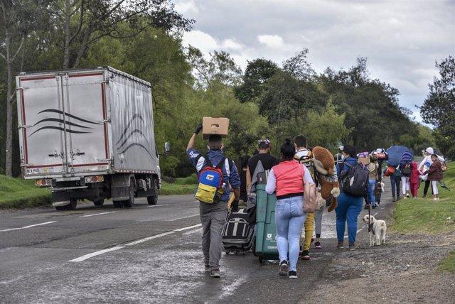 Migrantes venezolanos retornan desde Colombia a su país debido a la crisis del coronavirus.