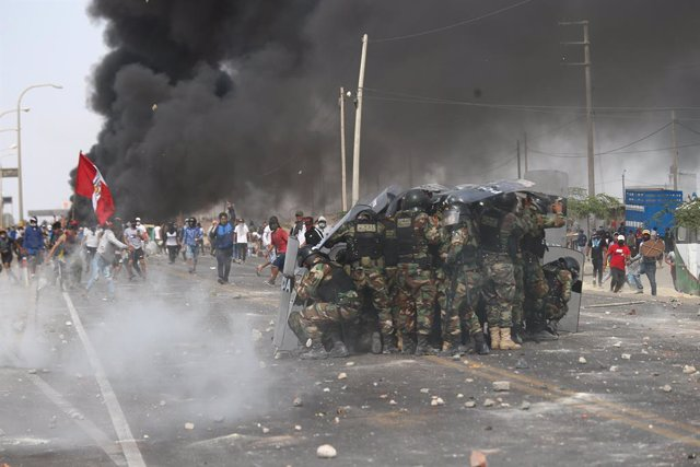 22 December 2020, Peru, Ica: Workers of the Agro Exporters clash with security forces as they block a road during a protest for not approving the new agricultural law. Photo: El Comercio/GDA via ZUMA Wire/dpa