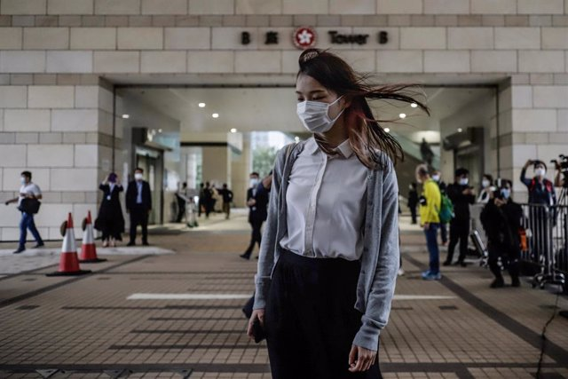 FILED - 23 November 2020, China, Hong Kong: Pro-democracy activist Agnes Chow (C) arrives at the West Kowloon Magistrates' Courts for a court hearing for charges in connection with a protest outside police headquarters in June 2019. Photo: Liau Chung-Ren/