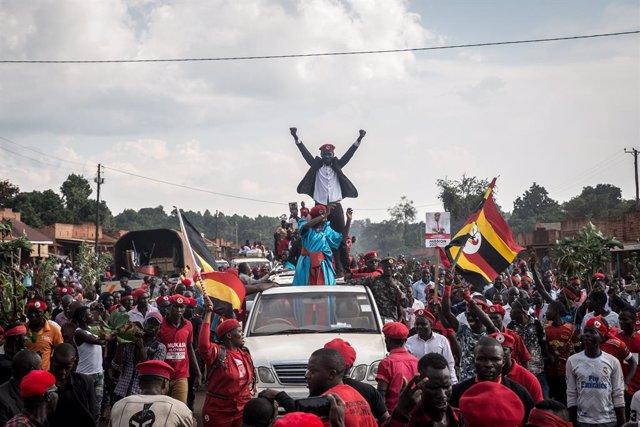 El líder opositor ugandés Robert Kyagulanyi, también conocido como 'Bobi Wine', junto a sus seguidores.