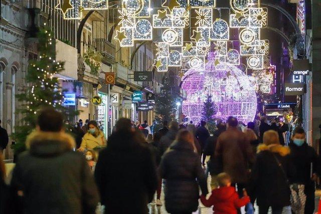 Varias personas pasean por la Calle de Príncipe, en Vigo (España), a 5 de diciembre de 2020.