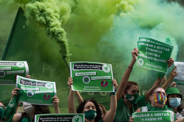 Simpatizantes de la Campaña Nacional por el Aborto Legal, Seguro y Gratuito festejan la aprobación del dictamen que envía a la Cámara de Diputados la ley de Interrupción Voluntaria de Embarazo, en Buenos Aires, Argentina, a 4 de diciembre de 2020.