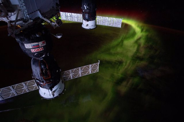 """Desde la órbita de la Estación Espacial Internacional a 269 millas sobre el Océano Índico al suroeste de Australia, esta fotografía nocturna captura la aurora austral o """"luces del sur""""."""