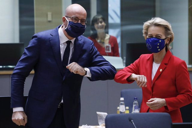 HANDOUT - 01 October 2020, Belgium, Brussels: President of the European Council Charles Michel (L) greets President of the European Commission Ursula von der Leyen with elbow during the EU summit. Photo: Dario Pignatelli/European Council /dpa - ATTENTION: